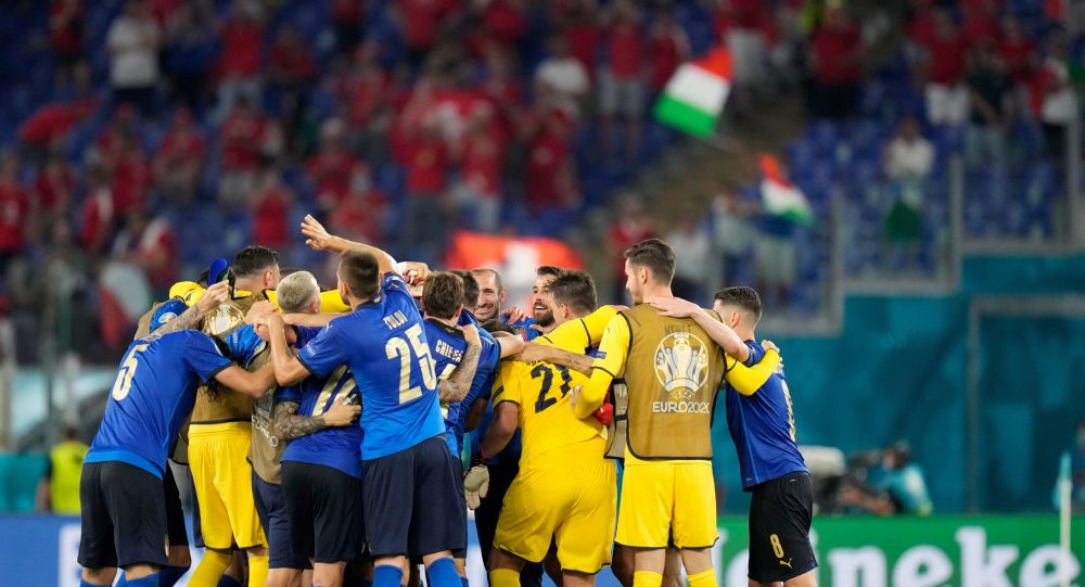 Italy's players celebrate their win after the UEFA EURO 2020 Group A football match between Italy and Switzerland at the Olympic Stadium in Rome on June 16, 2021