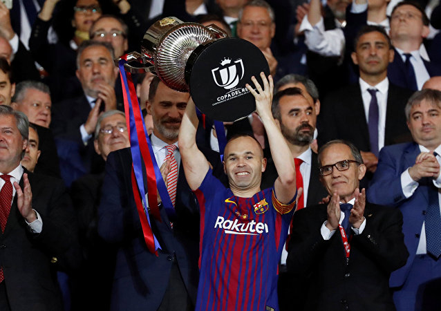 Soccer Football - Spanish King's Cup Final - FC Barcelona v Sevilla - Wanda Metropolitano, Madrid, Spain - April 21, 2018 Barcelona's Andres Iniesta celebrates by lifting the trophy after the match as the King of Spain Felipe VI applauds